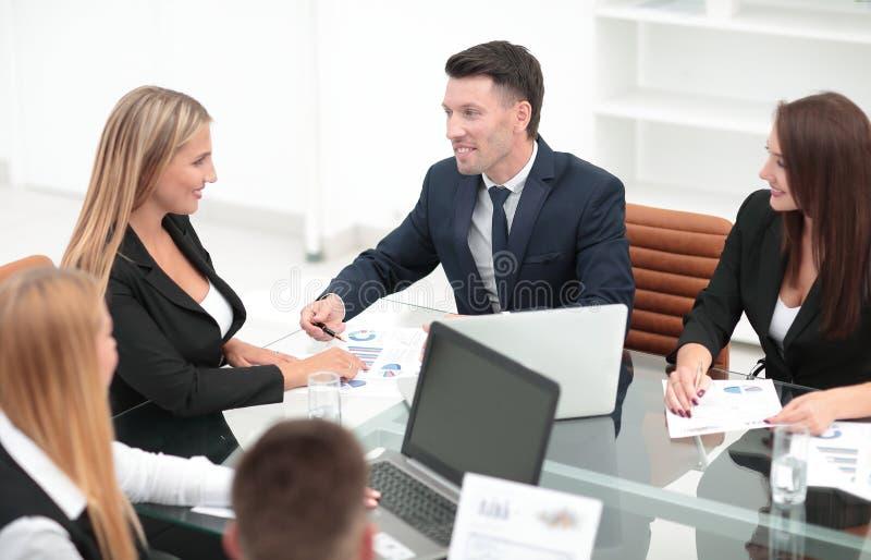 Groep bedrijfsmensen die een nieuw financieel project bespreken stock foto's