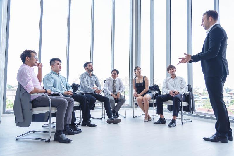 Groep bedrijfsmensen die een vergadering voor nieuwe project planning hebben Manager de status en leidt de jaarlijkse verkoopverg stock fotografie