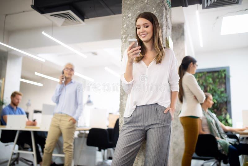 Groep bedrijfsmensen die en in bureau samen met collega's werken communiceren stock foto's