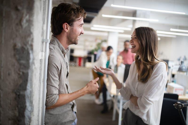 Groep bedrijfsmensen die en in bureau samen met collega's werken communiceren stock foto