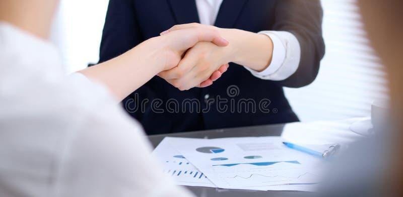 Groep bedrijfsmensen die handen schudden terwijl omhoog het beëindigen van een vergadering Handenschudden, overeenkomsten of succ stock afbeelding