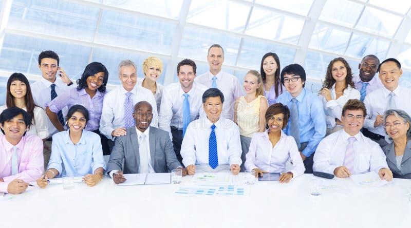 Groep Bedrijfsmensen die in het Bureau samenkomen royalty-vrije stock afbeelding