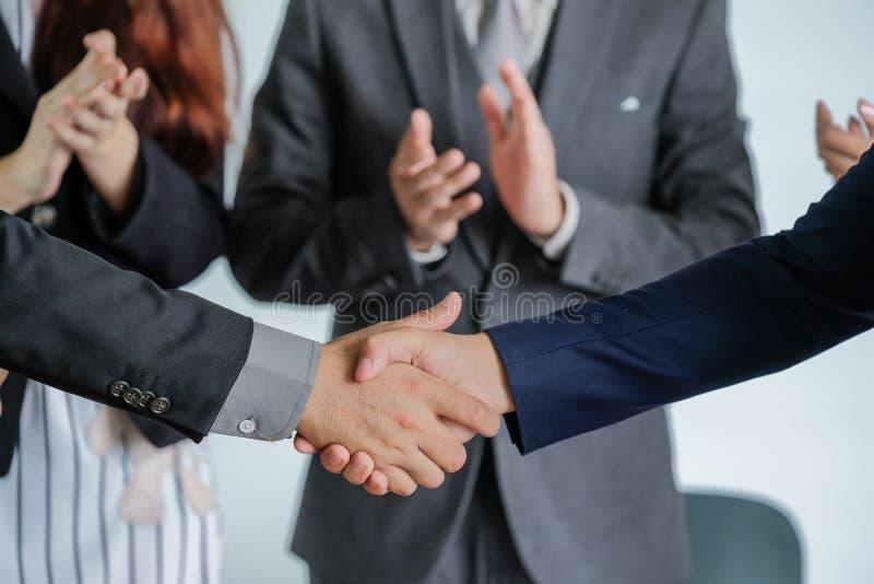 Groep bedrijfsmensen die het schudden handen ontmoeten samen, zaken royalty-vrije stock foto's