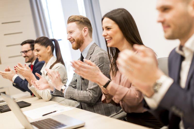 Groep bedrijfsmensen die hun handen slaan op de vergadering stock foto
