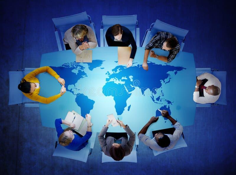 Groep Bedrijfsmensen die Mondiale Kwesties bespreken stock afbeelding