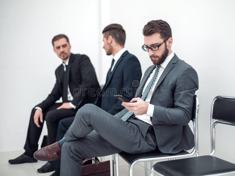 Groep bedrijfsmensen die op een vergaderingszitting wachten in de bureauontvangst royalty-vrije stock foto