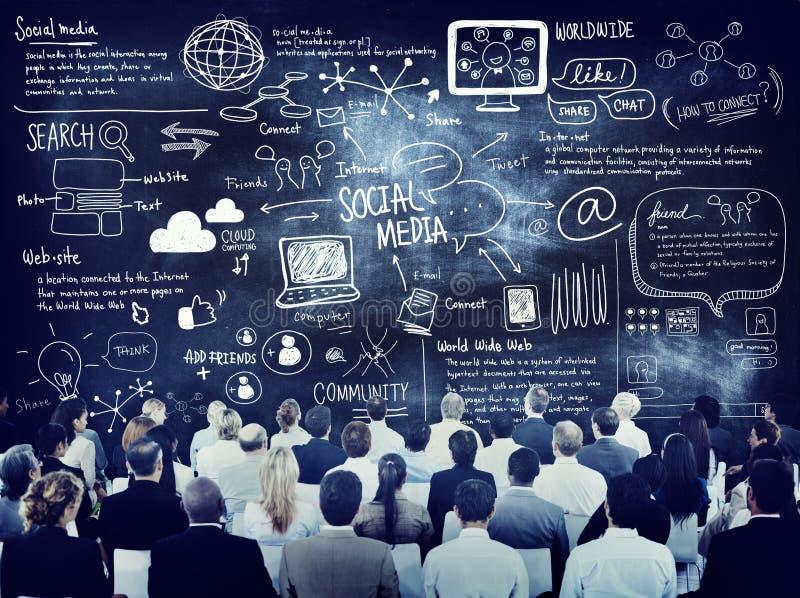 Groep Bedrijfsmensen die over Sociale Media leren stock foto's