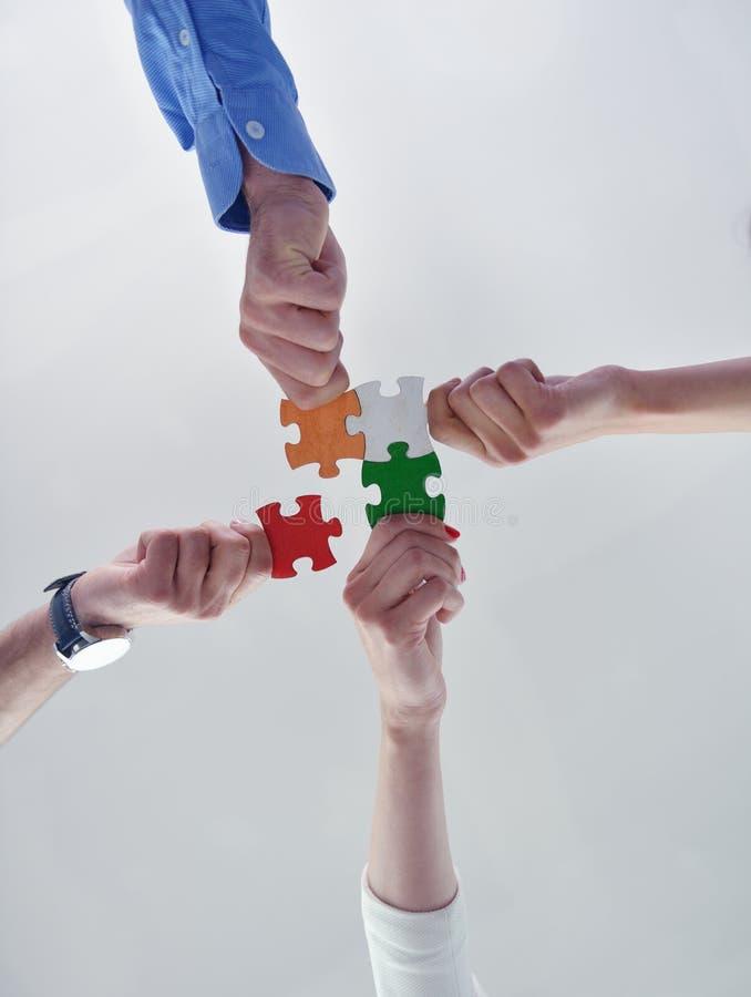 Groep bedrijfsmensen die puzzel assembleren royalty-vrije stock foto
