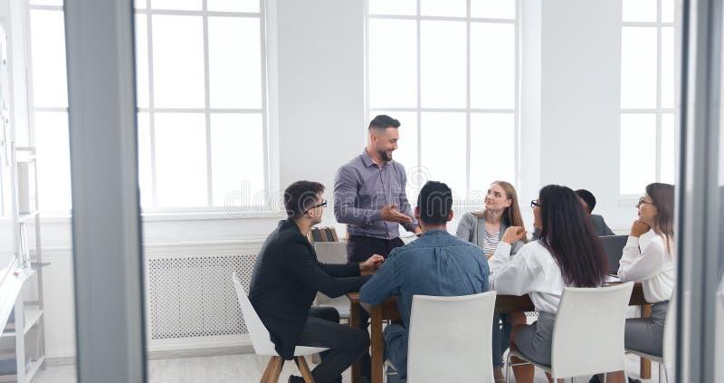 Groep bedrijfsmensen die uitwisselings van ideeënvergadering hebben stock foto