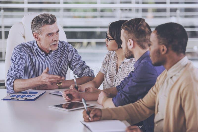 Groep bedrijfsmensen die vergadering in bureau hebben royalty-vrije stock afbeelding