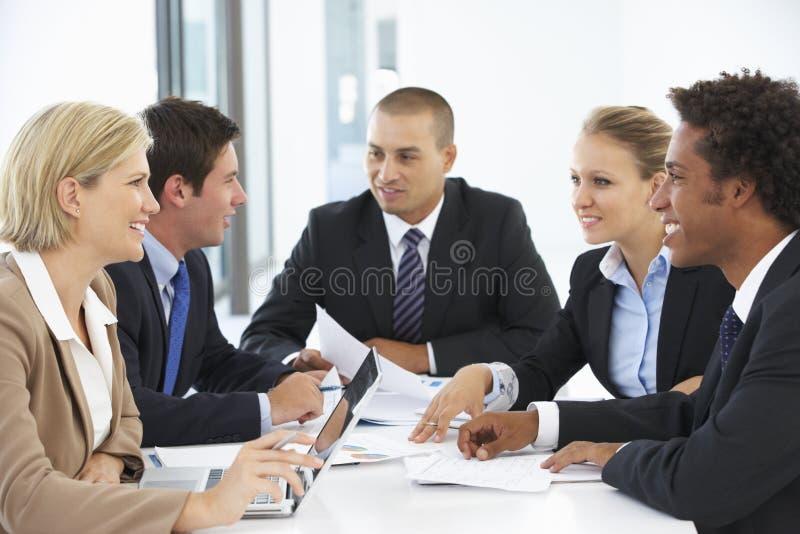 Groep bedrijfsmensen die vergadering in bureau hebben royalty-vrije stock afbeeldingen