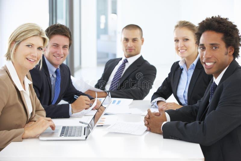 Groep bedrijfsmensen die vergadering in bureau hebben stock foto