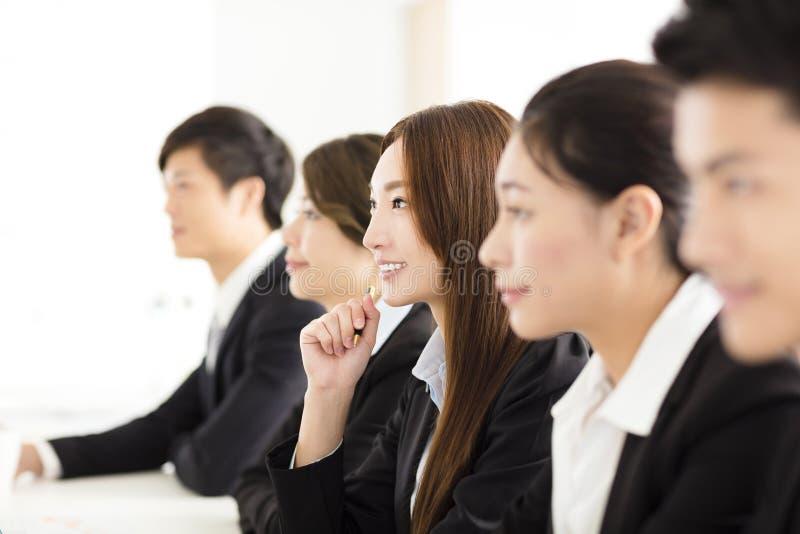 Groep bedrijfsmensen die vergadering in bureau hebben stock foto's