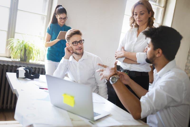 Groep bedrijfsmensen en ontwerpers Zij die aan nieuw project werken Startconcept stock afbeeldingen