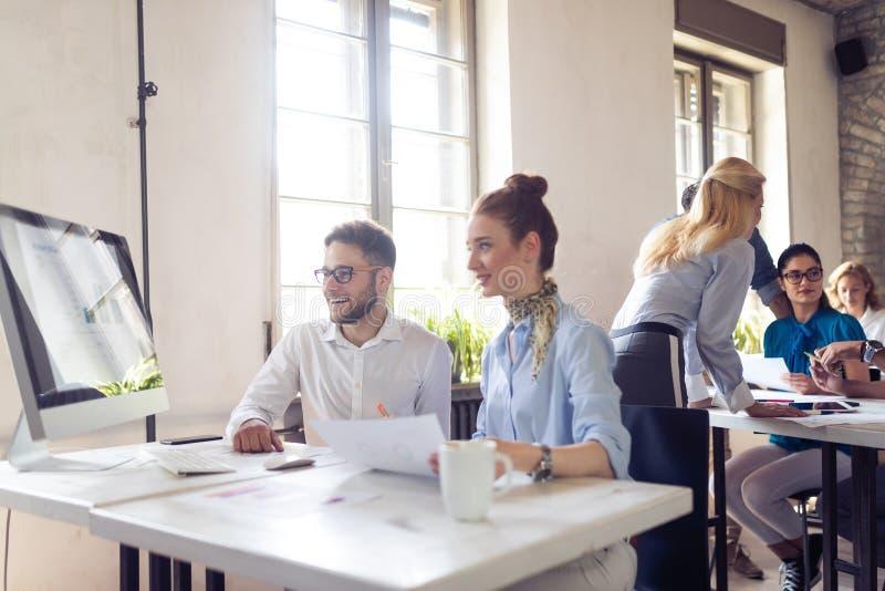 Groep bedrijfsmensen en ontwerpers Zij die aan nieuw project werken Startconcept stock fotografie