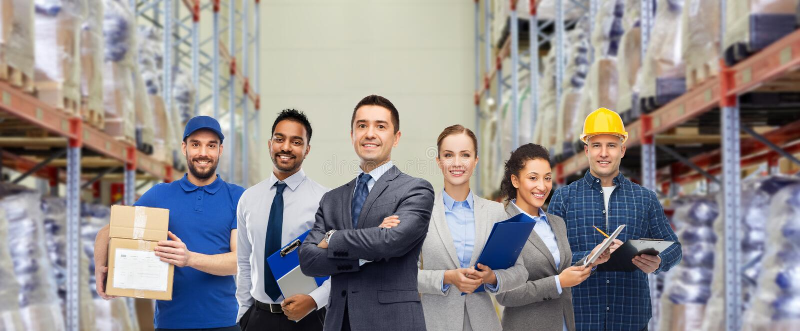 Groep bedrijfsmensen en pakhuisarbeiders stock foto
