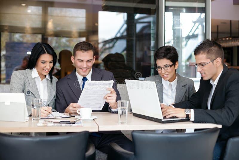Groep bedrijfsmensen in koffie stock afbeelding
