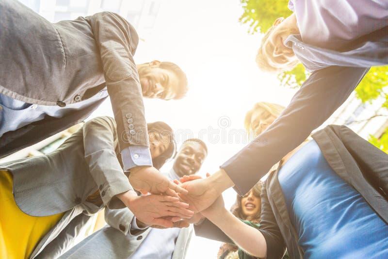 Groep bedrijfsmensen met handen op stapel stock foto's