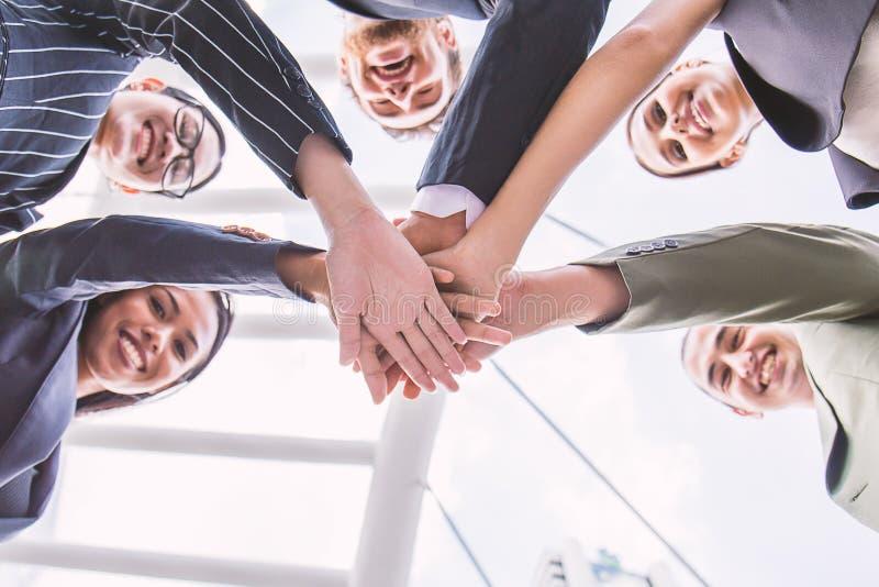 Groep bedrijfsmensen met hun handen die, banner van bedrijfsgroepswerk samenhouden stock foto's