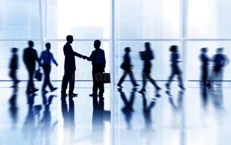 Groep Bedrijfsmensen met Zaken in het Bureau met Verschillende Activiteit royalty-vrije stock afbeeldingen