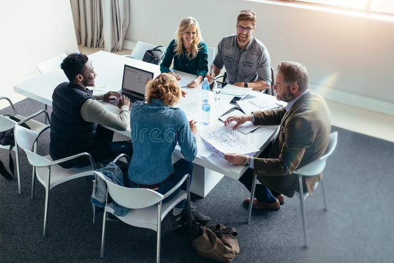 Groep bedrijfsmensen in vergadering op kantoor royalty-vrije stock afbeeldingen