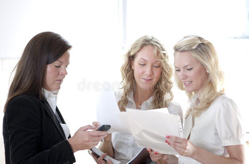 Groep bedrijfsvrouwen stock afbeeldingen