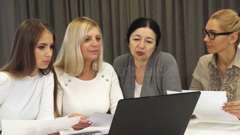 Groep bedrijfsvrouwen die een vergadering hebben bij de bestuurskamer stock foto