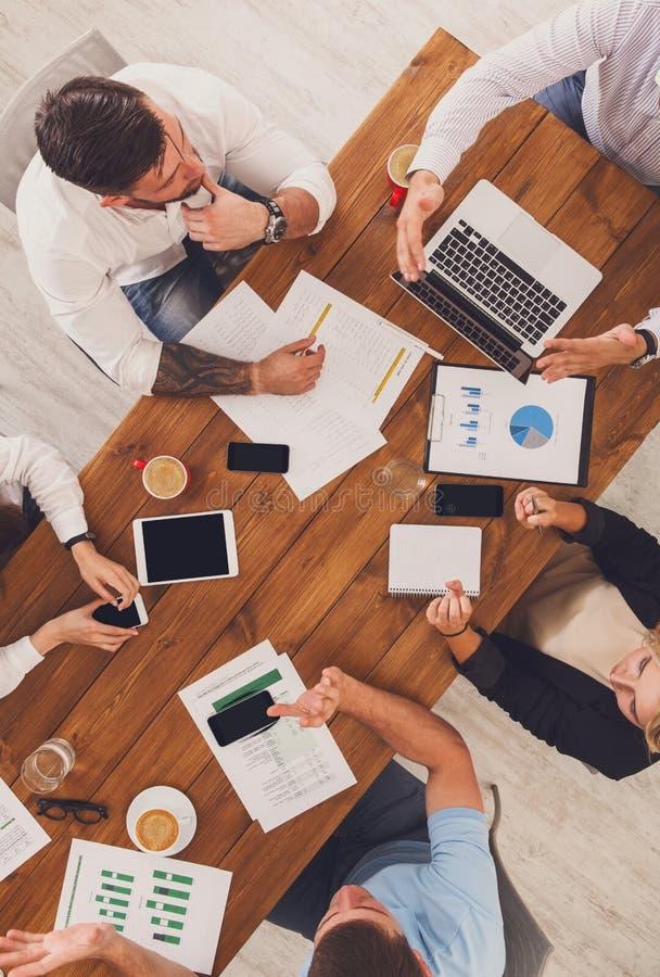 Groep bezige bedrijfsmensen die in bureau, hoogste mening werken stock fotografie