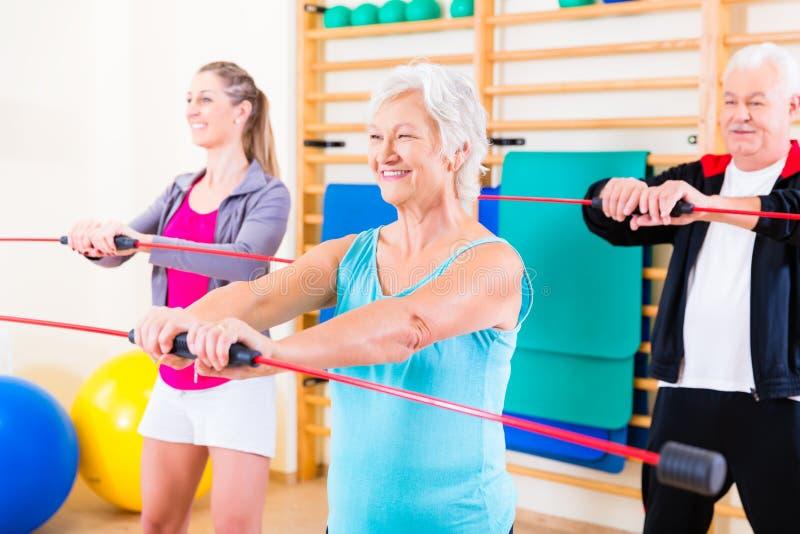 Groep bij geschiktheid opleiding met gymnastiek- bar stock foto
