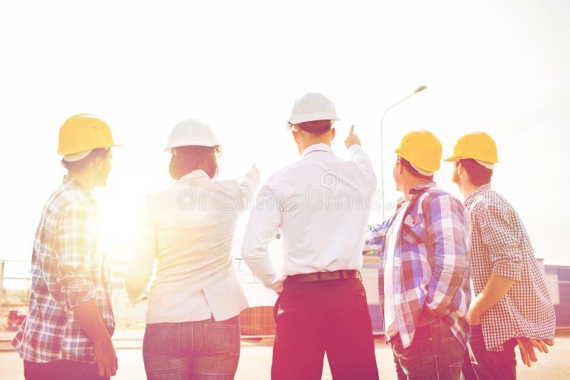 Groep bouwers en architecten bij bouwterrein royalty-vrije stock foto's