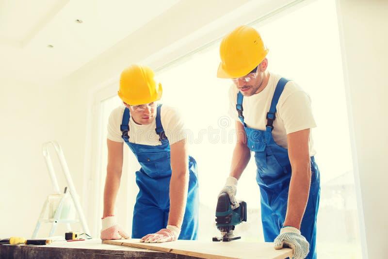 Groep bouwers met hulpmiddelen binnen royalty-vrije stock foto