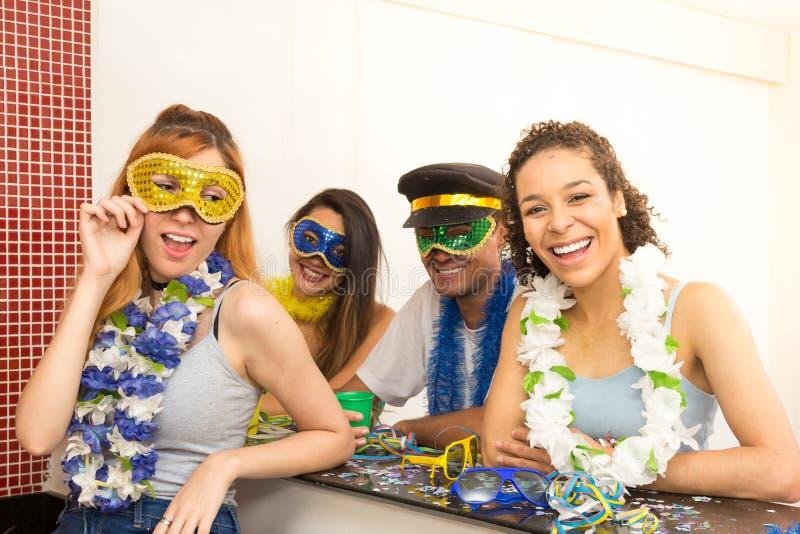 Groep Brazilianen die kostuum dragen bij Carnaval-partij elk stock foto