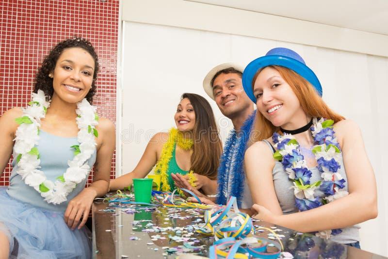 Groep Brazilianen die kostuum dragen bij Carnaval-partij Frien royalty-vrije stock afbeelding