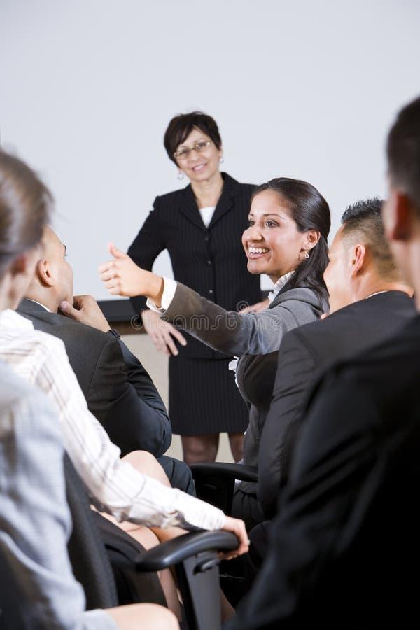 Groep businesspeople, nadruk op vrouw in publiek royalty-vrije stock afbeeldingen
