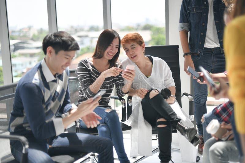 Groep businesspersons die en elektronische apparaten bespreken met behulp van stock afbeelding