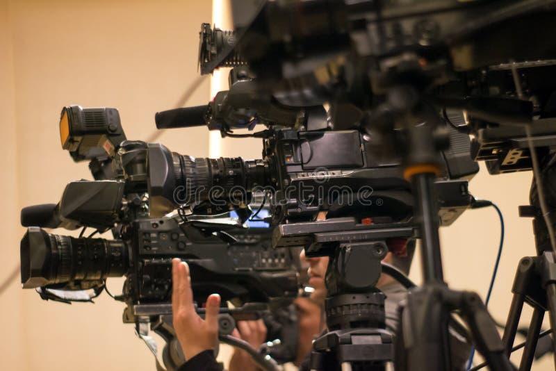 Groep camera's die zich bij persconferentie bevinden royalty-vrije stock afbeelding