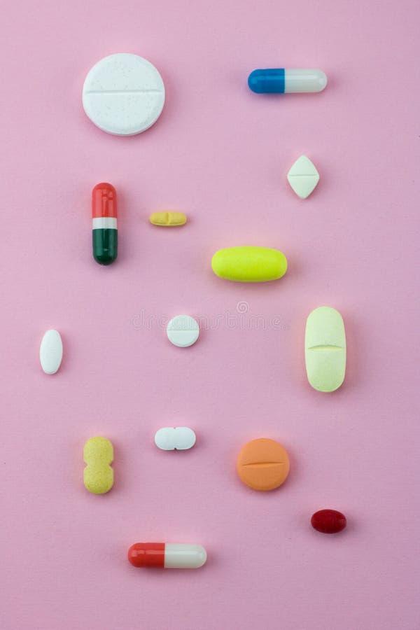 Groep capsules en pillen in verschillende kleuren en vorm royalty-vrije stock foto