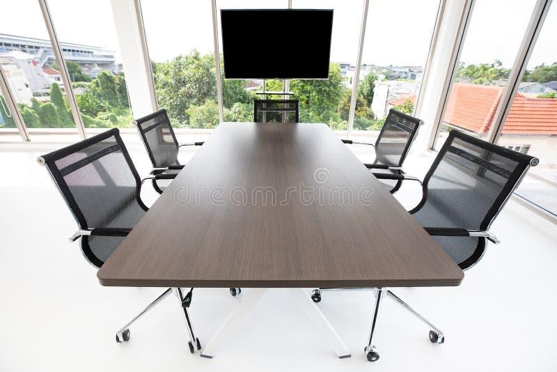Groep chaira rond lijst in vergaderzaal stock fotografie