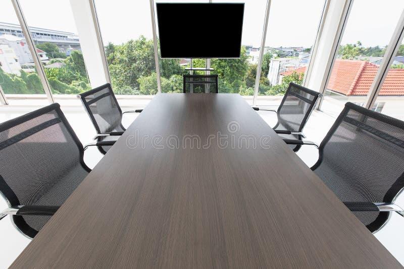 Groep chaira rond lijst in vergaderzaal royalty-vrije stock afbeeldingen