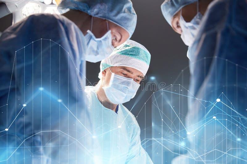 Groep chirurgen in werkende ruimte bij het ziekenhuis royalty-vrije stock fotografie