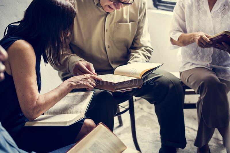 Groep christendommensen die bijbel samen lezen royalty-vrije stock fotografie