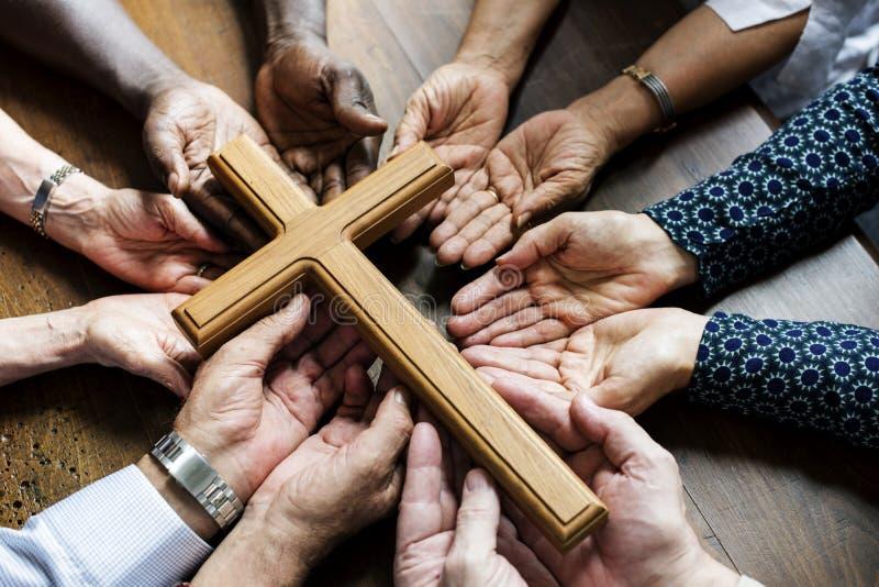 Groep christendommensen die hoop samen bidden royalty-vrije stock foto's