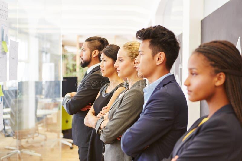 Groep collega's als commercieel team stock afbeeldingen