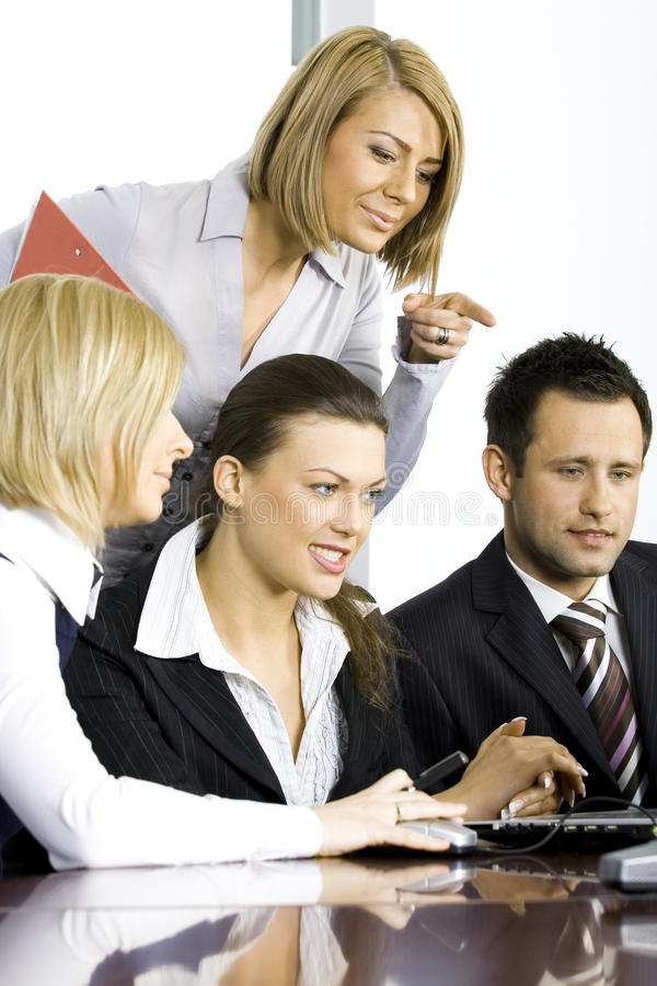 Groep collega's in het bureau stock afbeeldingen