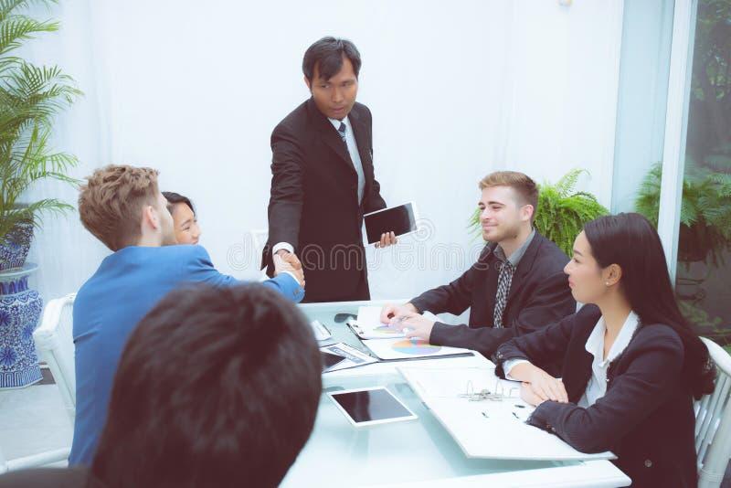 Groep commerciële teammensen die hand met succes schudden, agreeme royalty-vrije stock foto