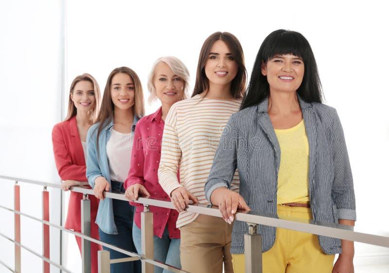 Groep dames dichtbij leuningen het concept van de vrouwenmacht stock fotografie