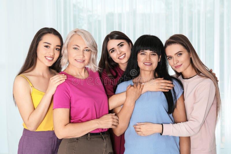 Groep dames dichtbij venster het concept van de vrouwenmacht royalty-vrije stock afbeelding