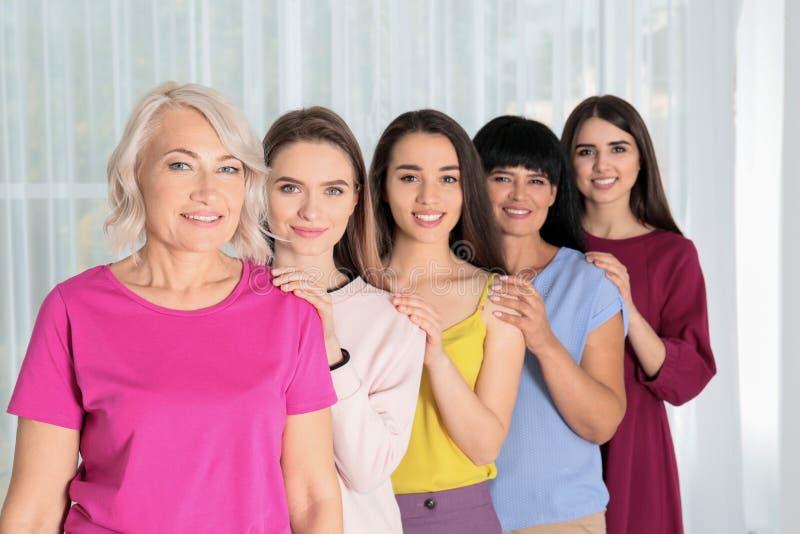 Groep dames dichtbij venster het concept van de vrouwenmacht stock foto's