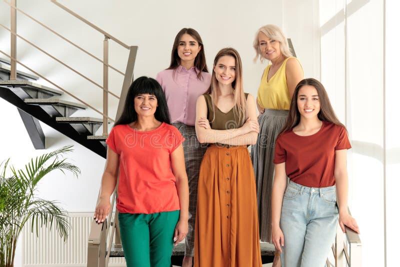 Groep dames op treden Vrouwenmacht stock afbeelding