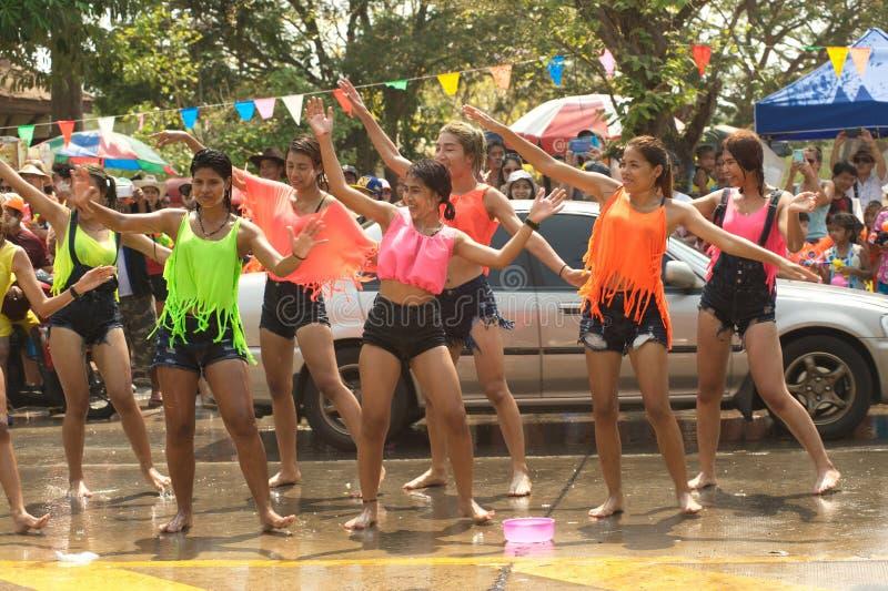 Groep danser speels en dansend bespattend water op een straat stock afbeelding